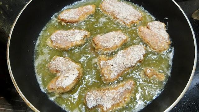 衣をまぶした鶏肉をはじめ中温、取り出して高温にして揚げる