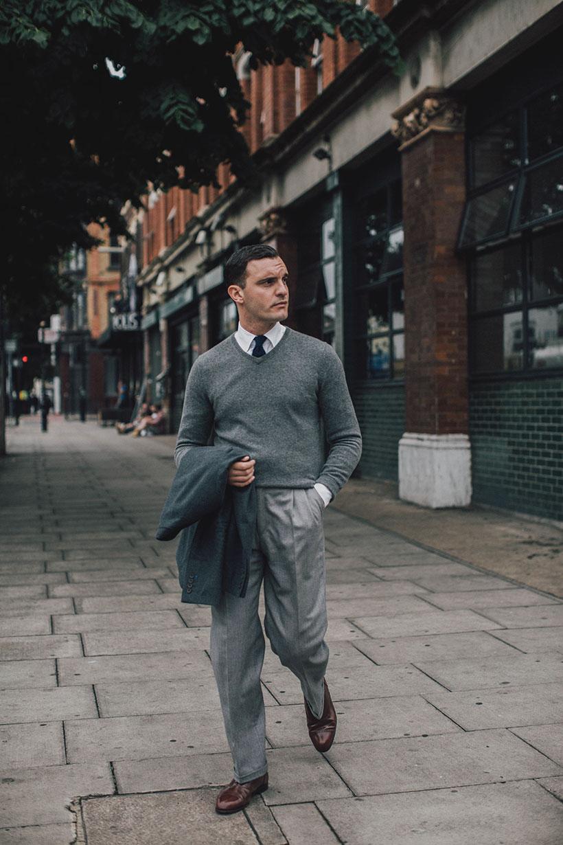 グレーVネックセーター×白シャツ×黒ネクタイ×グレースラックス×ブラウンオックスフォードシューズ