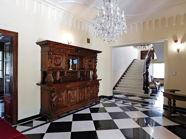 komoda, hol, schody, Sulisław, pałac