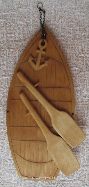 Разделочная доска из дерева в виде лодки