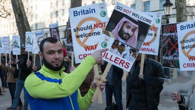 Británicos piden a May que retire invitación al príncipe saudí