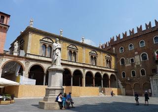 Verona, Plaza de los Señores, Monumento a Dante.