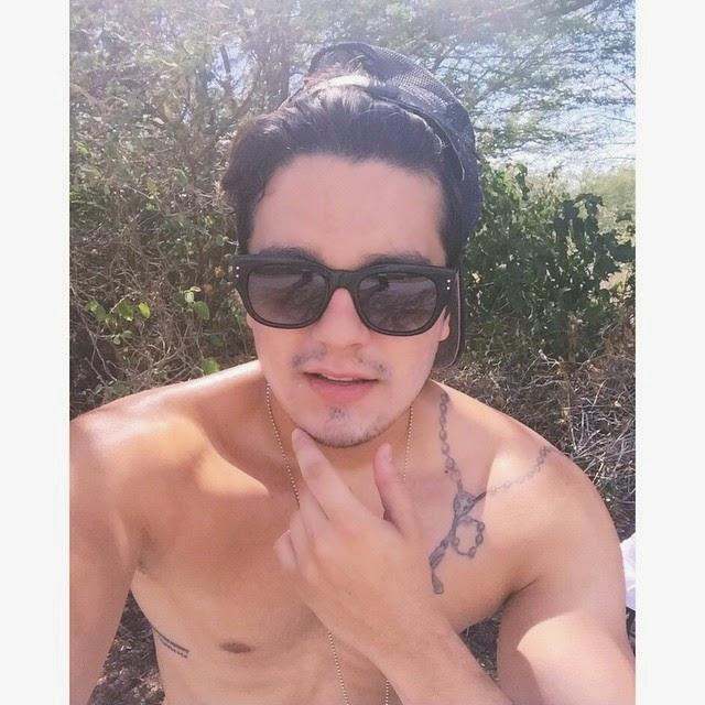 c4b2336dc Luan Santana resolveu sensualizar nesta segunda-feira, 26, e publicou em  seu Instagram uma foto em que aparece sem camisa. Imagem agitou as fãs do  sertanejo ...
