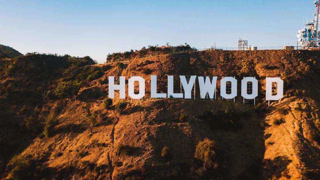 hollywood adalah studio film terbesar dan mendominasi sinema dunia