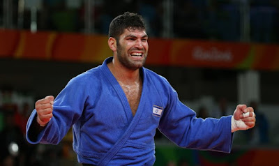 Horas después de que su rival egipcio negó a darle la mano, judoka israelí o Sasson ha recibido la medalla de bronce en una ronda de consolación.