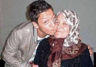 Foto Ozil dengan Ibunya Gulizar Özil