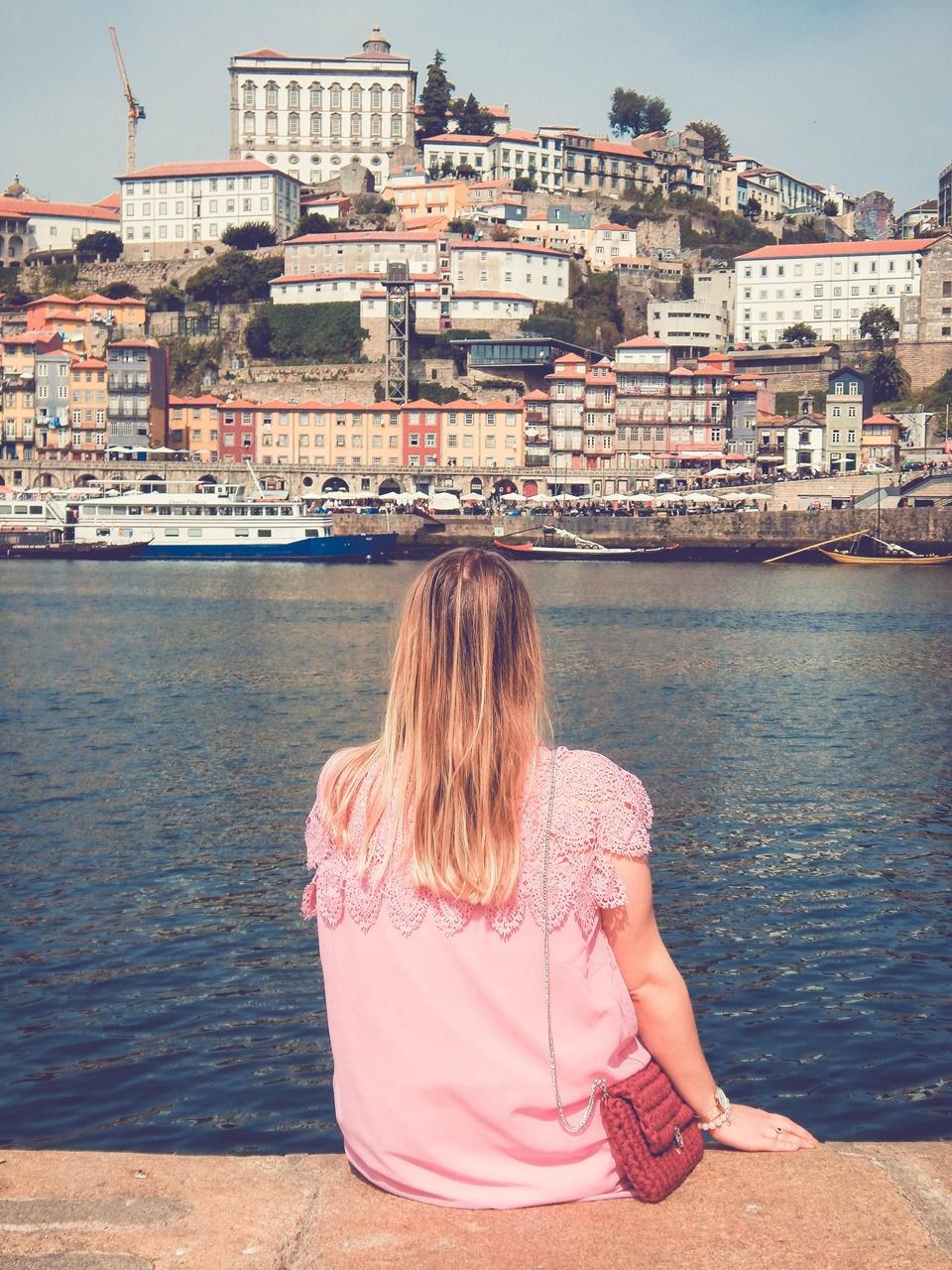 12 torebka handmade ręcznie robiona co kupić w portugalii w porto pleciona torebka z włóczki różowa sukienka z koronką białe sneakersy elegancja na sportowo
