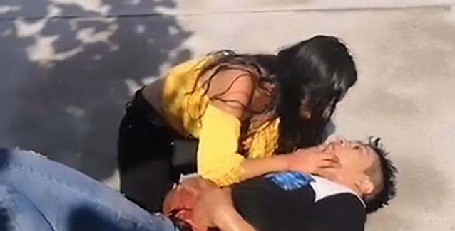 «Μην πεθάνεις αγάπη μου»: 22χρονη αγκαλιάζει τον αιμόφυρτο φίλο της που μόλις… μαχαίρωσε (Βίντεο)