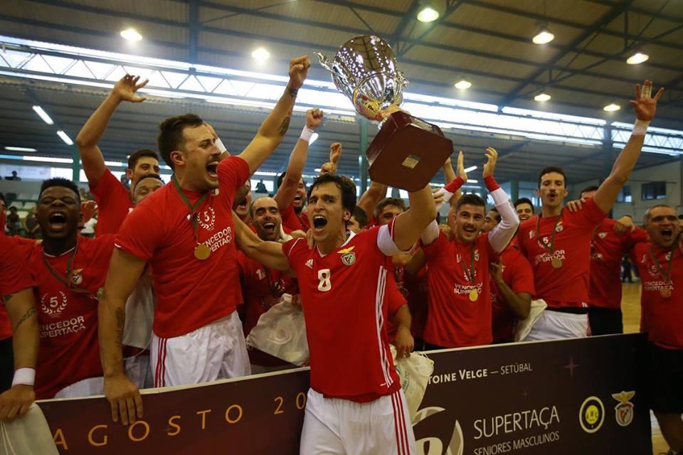 36e84afb4b Até parece que há no Benfica actual se sinta incomodado com a grandeza do  passado. O Benfica não tem cinco