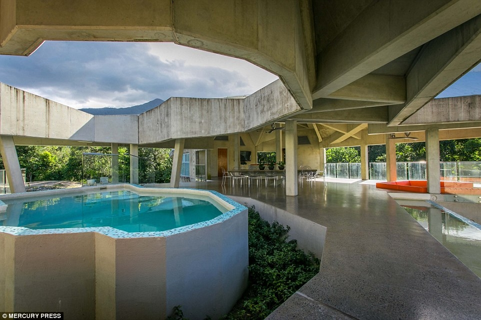 09-Small-Pool-Charles-Wright-Architecture-with-Star-Wars-Millennium-Falcon-Inspired-House-www-designstack-co