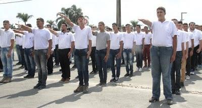 Cerimônia de juramento à bandeira dos jovens da Ilha Comprida neste 31/08