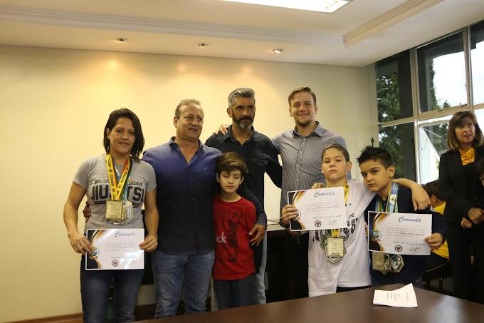 Prefeitura homenageia atletas castrenses do jiu-jitsu
