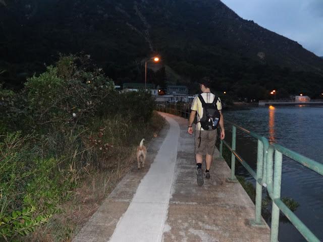 Caminando con nuestro perro en Tai O en Hong Kong