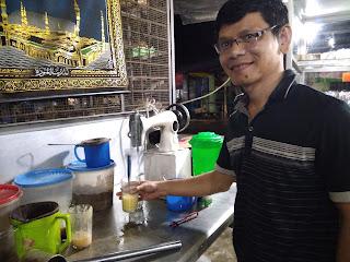 Jika kamu jalan-jalan ke Binjai-Sumatera Utara, jangan lupa mampir ke Kedai Teh Susu Telur (TST) Pak Mardy yang sangat unik yaitu mengaduknya dengan mesin jahit, bagi kamu yang pecinta kuliner harus cobain ke Kedai Teh Susu Telur (TST) Pak Mardy  yang terletak di Jalan Simpang Ksatria (Bekas Jokomoro. Dulu Kedai Teh Susu Telur (TST) Pak Mardy berada di Jalan Ksatria, namun sekarang sudah pindah ke Jalan Simpang Ksatria (Bekas Jokomoro), Binjai Sumatera Utara, Kuliner Binjai Sumatera Utara, TST Binjai Sumatera Utara, Kuliner Binjai, Kuliner Halal, Teh Susu Telur Enak, TST Enak, Binjai Sumatera Utara, Kuliner Binjai Sumatera Utara, TST Binjai Sumatera Utara