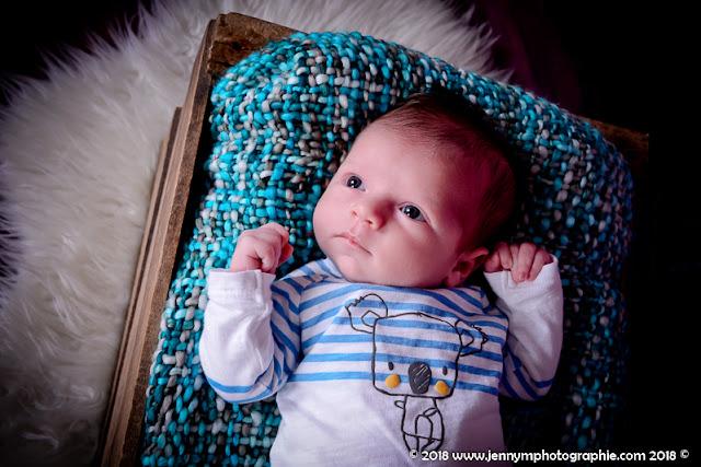 portrait bébé dans malle en bois avec plaid gris et turquoise