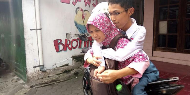 Anaknya Alami Kelumpuhan Dari Leher Hingga Kaki, Perjuangan Ibu Ini Sungguh Mengharukan
