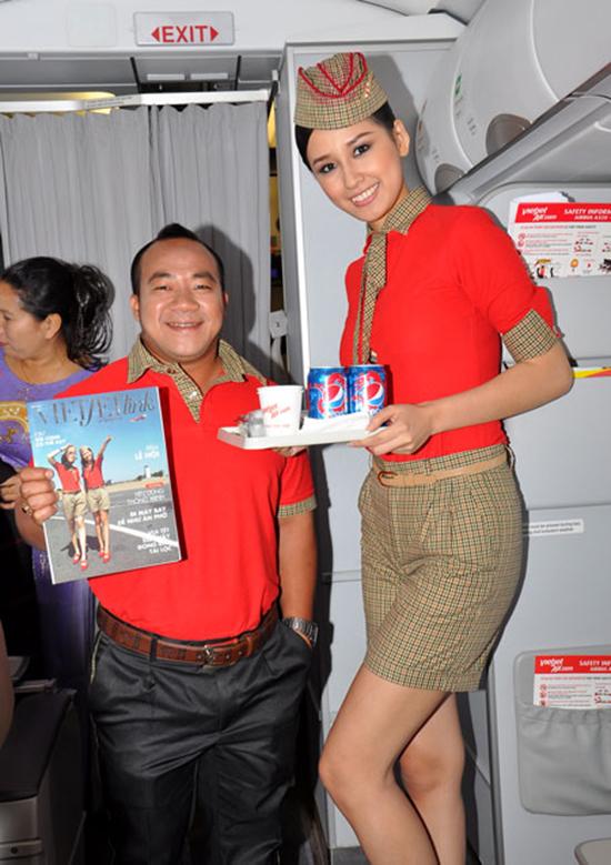 Bay cùng Hiếu Hiền và Hoa hậu Mai Phương Thuý trên chuyến bay của Vietjet