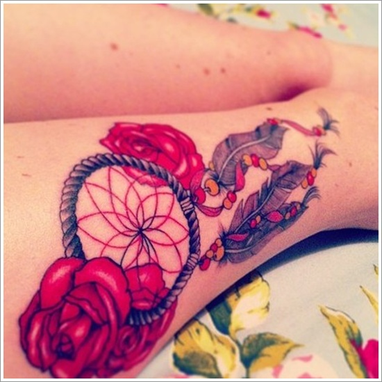 vemos a una linda mujer con un tatuaje de atrapasueños muy femenino