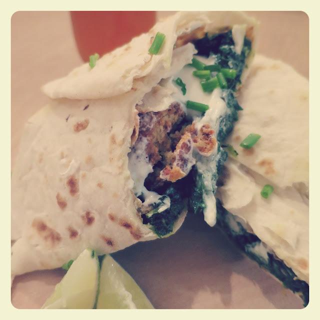 composizione rotolo di falafel con cime di rapa picanti e salsa allo yogurt
