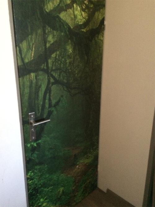 deur met behang oerwouddesign