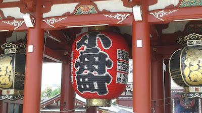 Linterna roja a la entrada del templo de senso-ji