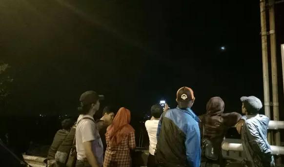 AGEN BOLA - Warga Bogor Abadikan Gerhana Bulan Keseluruhan di Jembatan Cinta