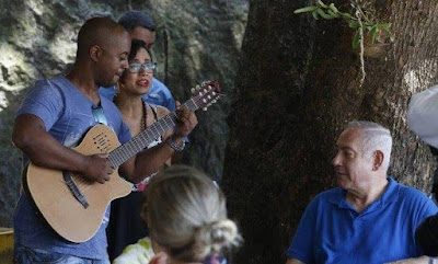 Benjamin Netanyahu passeia pelo Rio e ouve MPB