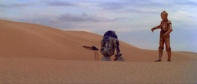 R2 D2 dan C-3PO saat tiba di gurun