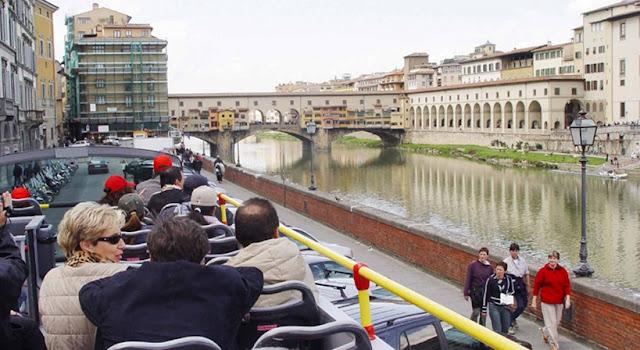 Turistas no segundo andar do ônibus turístico em Florença