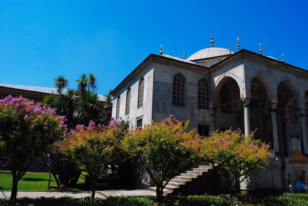 La bibliothèque d'Ahmet III, de style néoclassique du XVIIIème siècle. L'extérieur est entièrement recouvert de marbre et a la forme d'une croix grecque : hall central avec couple et trois ailes.