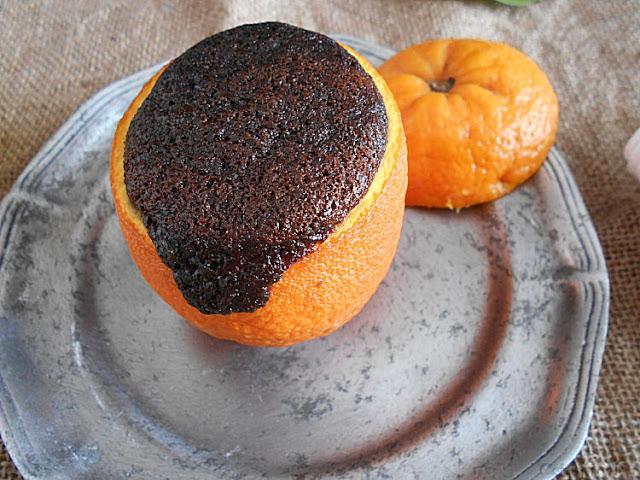 bolo cozido na casca de laranja