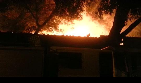Fuego que se produjo anoche en Liceo  José A. Robert  de Villa central deja al descubierto la falta de una puerta de emergencia.