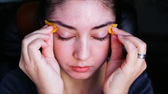 clarear a região de olhos, dicas caseiras, usar a batata no rosto, olheiras, aveia, azeite de oliva