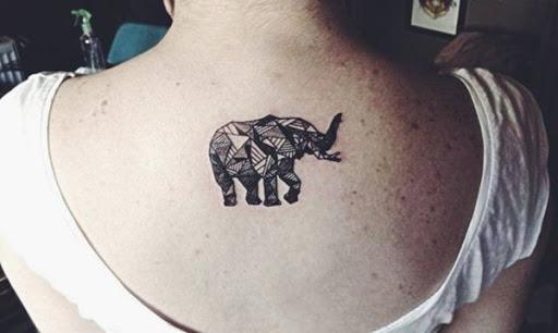 Um elefante é composta de uma série de formas geométricas e é estampado com linhas ousadas de preto tatuagem.
