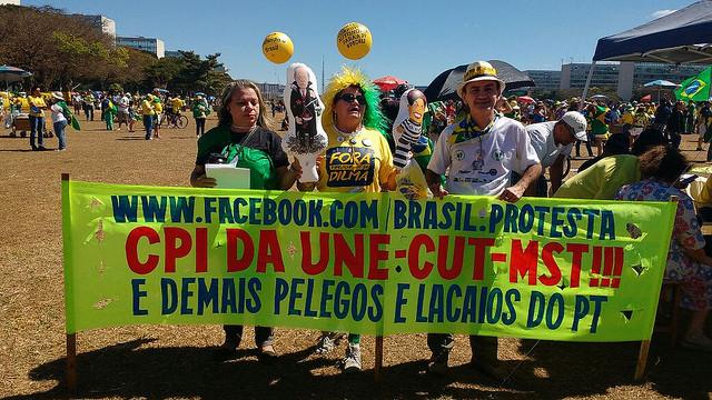 """Em Brasília, o protesto pelo impeachment deste domingo (31) ocorreu no final da manhã e reuniu representantes de diversos grupos de direita nas imediações do Congresso Nacional. Apesar da variedade de organizações presentes, o ato não teve adesão da população, diferentemente dos demais protestos ocorridos nos últimos meses. Enquanto o movimento """"Vem pra Rua"""" falava em cerca de 6 mil pessoas, a Polícia Militar afirmava que havia cerca de 5 mil manifestantes passando pela Esplanada ao longo do ato, o que se viu era um grupo bem menor do que os números projetados. No evento do Facebook que convocava nacionalmente o ato, 1,5 milhão tinham sido convidadas e 114 mil disserem que compareceriam.  Nos cartazes, nas faixas, camisas e palavras de ordem, as pautas colocadas pelos manifestantes eram muitas: desde a defesa do projeto de lei que institui o programa """"Escola sem Partido"""" até a morte da presidenta afastada Dilma Rousseff, passando por manifestações em defesa de uma CPI da UNE, da CUT e do MST; da intervenção militar; da autonomia financeira da Polícia Federal; e até mesmo da volta da monarquia."""