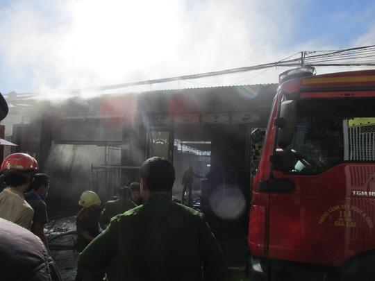 Gia Lai: Mang xăng tới đốt nhà 'đối thủ', 1 người chết cháy