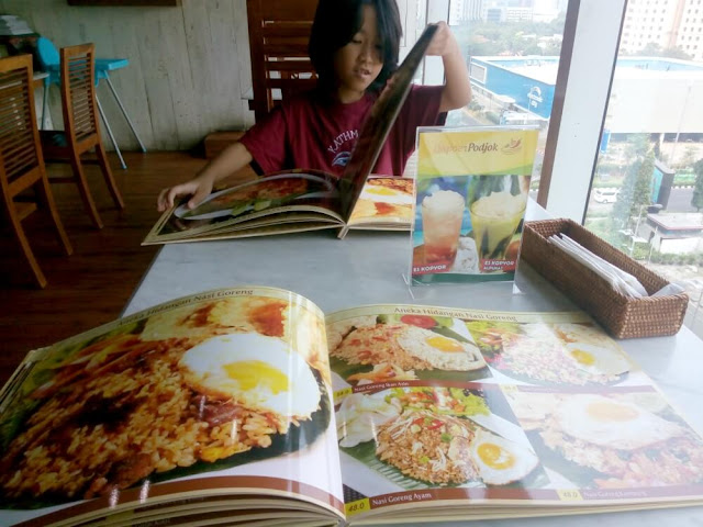 Dapoer Podjok, tempat nyaman buat mojok sambil menikmati berbagai makanan dan minuman khas Indonesia