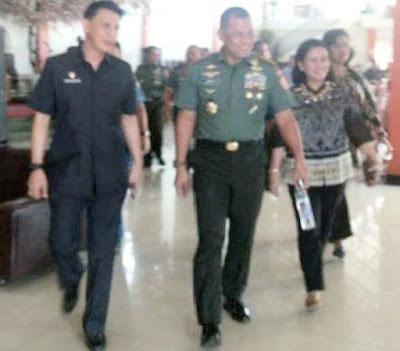 Ketua FORKI Sulut, Jemmy Ringkuangan saat bersama Ketua PB FORKI Panglima TNI Jendral Gatot Nurmantyo