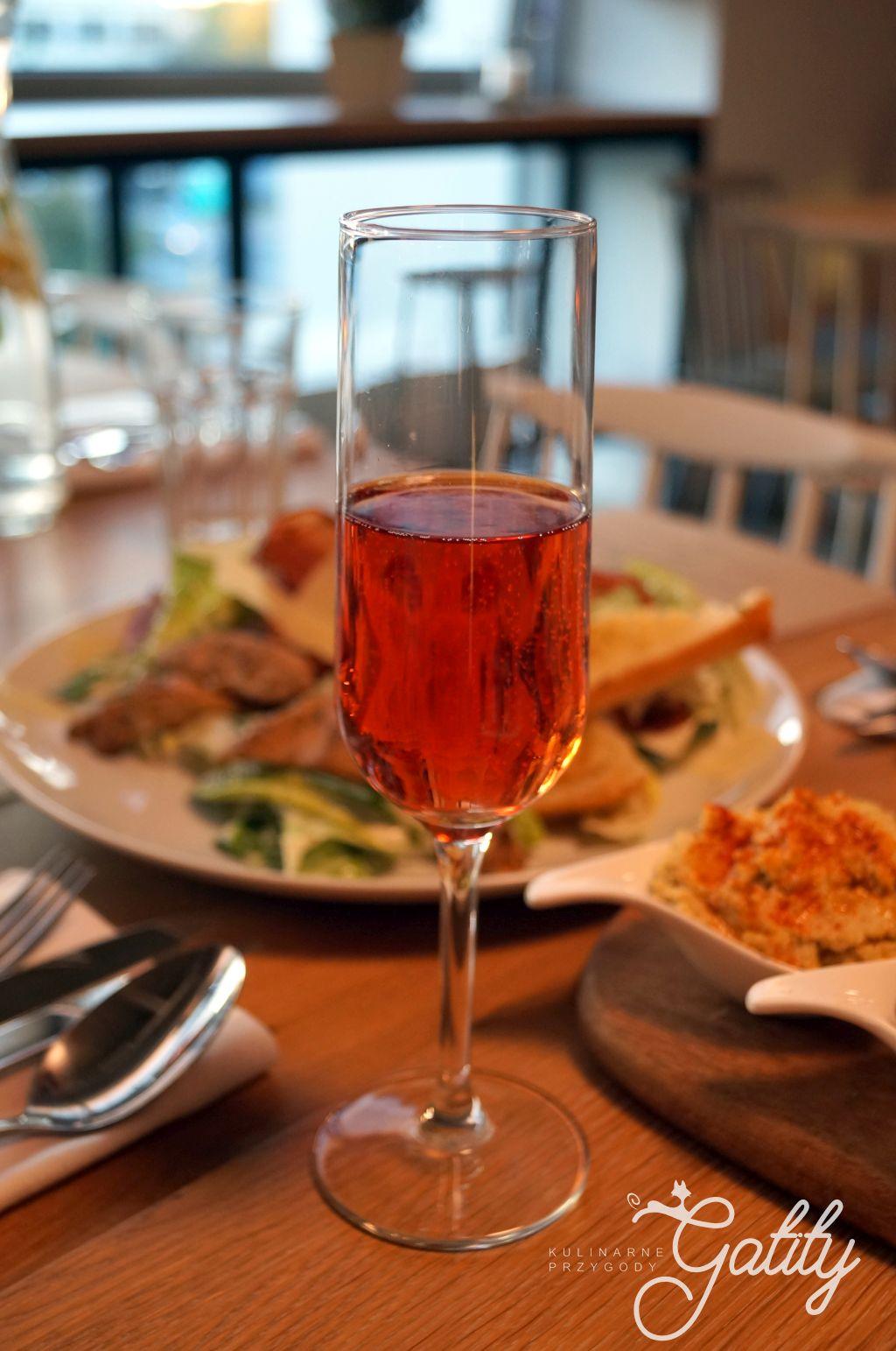 kieliszek-z-musujacym-winem