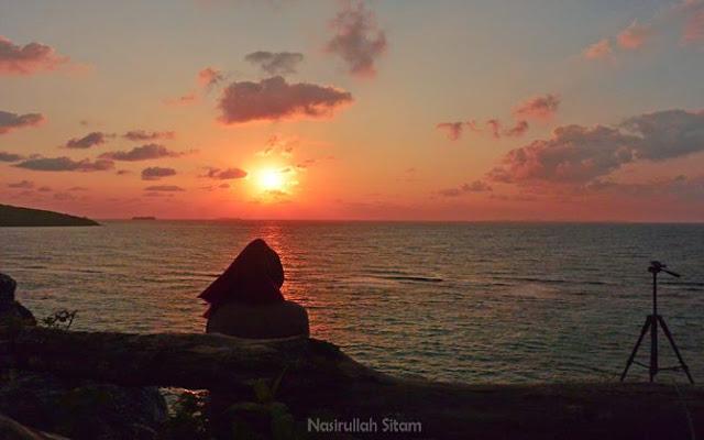 Menikmati sunrise di atas bukit, menatap pantai