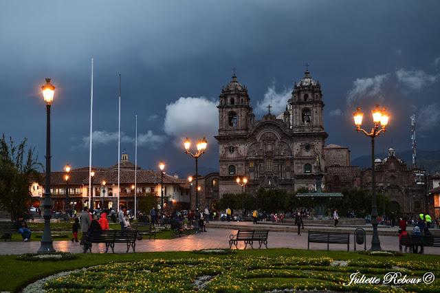 Notre-Dame-de-l'Assomption de nuit à Cusco, Pérou