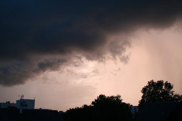 Petit orage au soleil couchant (juillet 2012)