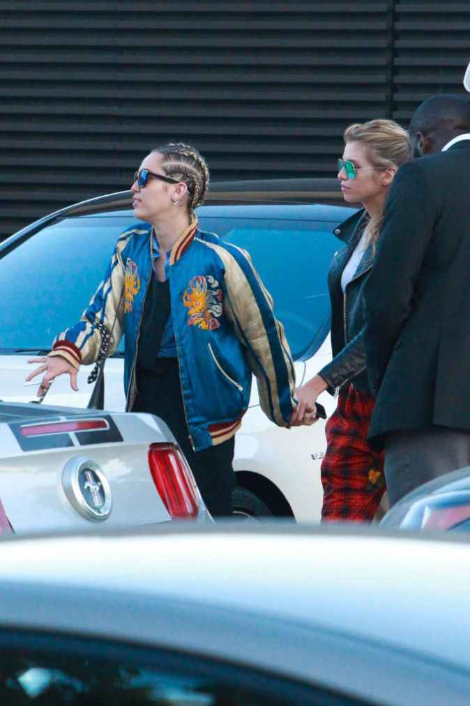 Miley Cyrus: hand in hand with his girlfriend, they no longer leave!
