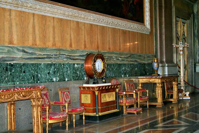 pavimento, poltrone antiche, tavoli antichi, oggetti dorati, orologio
