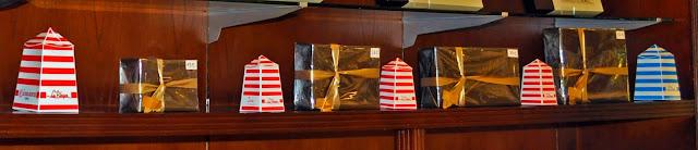 cajas que recuerdan las casetas a rayas que se sitúan en la playa donde en los 90 ( y hoy en día) podías cambiarte de ropa