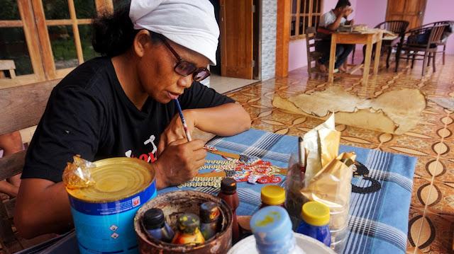Proses Menyungging  Seni Tatah Sungging Sidowarno