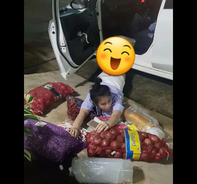 Gaya Foto-Foto Unfaedah Emak-Emak Pusing Mikirin Belanjaan dan Kerjaan Rumah