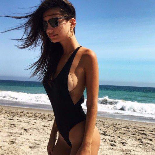 Emily Ratajkowski descaradamente ostenta seus peitos nus na praia