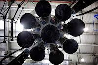 Sekcja silnikowa rakiety Falcon 9 (po lewej) i Falcona Heavy (po prawej). W obu przypadkach SpaceX stawia na konfigurację silników Merdlin 1D w tzw. octaweb - centralny silnik otoczony jest ośmioma pozostałymi rozmieszczonymi w okręgu. W trakcie pracy pierwszego stopnia Falcon Heavy będzie polegał na 27 takich silnikach. Credits: SpaceX