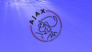 Ajax Amsterdam logo op paarse achtergrond
